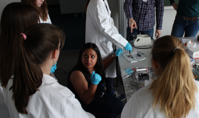 Date: 27.04.2017  Location: MPIP, Mainz, Germany  Participant(s): Amala Elizabeth   Description: MPIP PhD students guided visiting middle schoolers through various experiments, including creating dye sensitized solar cells with blueberries and graphite.